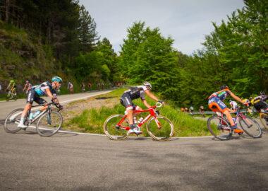 Ciclisti in curva