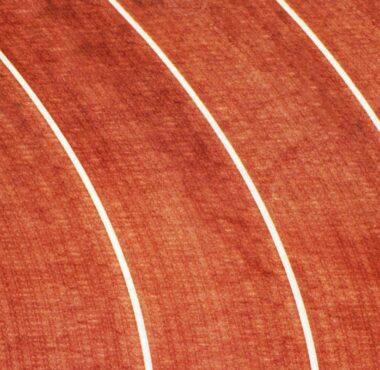 uomo che corre pista di atletica